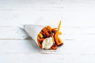Gemüsepommes in eine Pommestüte mit Mayo / snackconnection