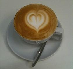 Barista Kurs für ein Latte Herz in der Kaffeeschule