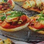 Mini-Pizzen mit Tomaten, Ziegenkäse und Rucola_Fromka