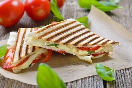 Sandwich Tomate Mozzarella Käse heiß Panini