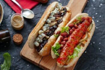Hot Dog mit Bohnen und Salat