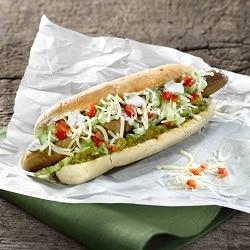 Ein Veggie-Hot-dog mit grünem Gurken-Relish auf einem weißen Stück Papier