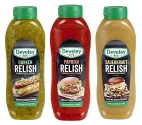 Drei Flaschen mit Relishes und Saucen für die Gastronomie von Develey