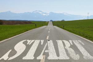 """Eine Straße auf der """"START"""" geschrieben steht"""
