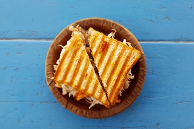 Ein gegrilltes Sandwich mit Grillstreifen, das in der Hälfte geteilt ist
