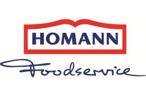 Auf dem Foto ist das Logo des Snack Saucen und Feinkostherstellers HOMANN Foodservice zu erkennen. Die verschiedenen Schriftarten sind blau. HOMANN ist dick gedruckt und in einem roten Rahmen, das Wort Foodservice ist unterhalb des Rahmens und kursiv geschrieben.
