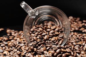 Ein Glas inmitten von Kaffeebohnen