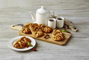 Pekannusstaschen von Kohberg, daneben Kaffee in Tassen und einer Kanne