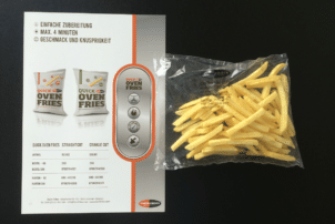 Eine Packung der QuickOvenFries von FarmFrites so wie der dazugehörige Karton