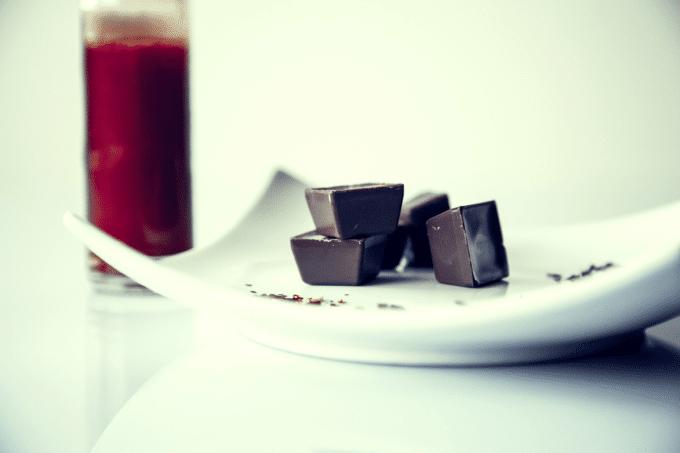 Ein paar Schokoladenpralinen auf einer Platte