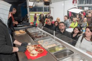 Ein FoodTruck auf der Messe GastroTageWest in welchem Burger zubereitet werden