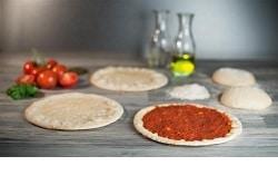 Steinofen-Pizza mit und ohne Belag, Teiglinge und Deko von Point of Food