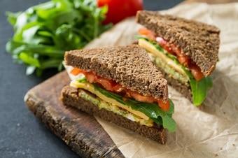 Sandwich mit Rucola, Tomate und Käse