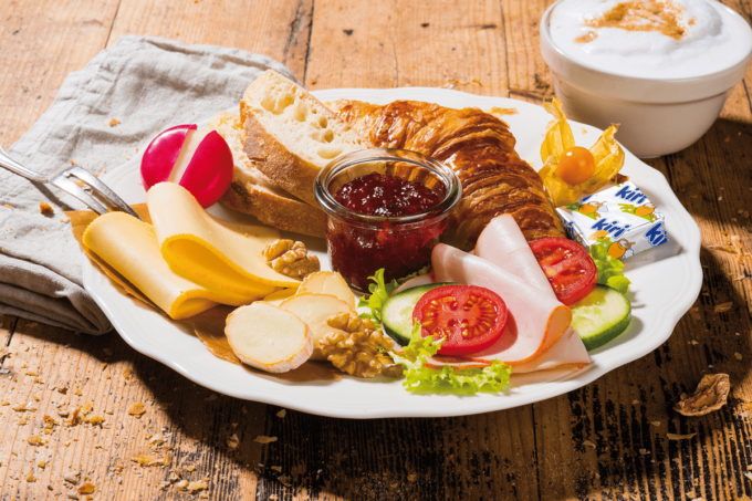Bonjour Gourmet Frühstück von Bel Foodservice mit Croissant, Käse von Kiri, Babybel, Brot, Schinken, Tomaten und Gurken