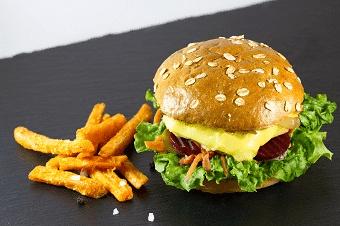 Ein Alpen Burger mit geschmolzenem Käse
