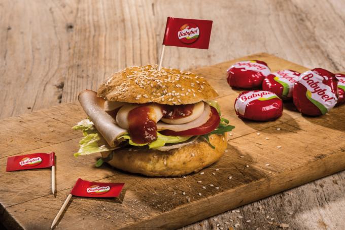 Der Hot Bandito von Bel foodservice. Burger belegt mit Mini Babybels