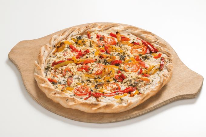Ein Flammkuchen mit Käse, Paprika und Tomaten von Maitre Pierre