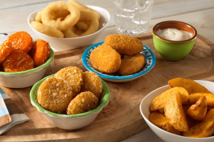 Verschiedene Snack Appetizer von Farm Frites. Potato Wedges sowie Käseringe und Käseblällchen
