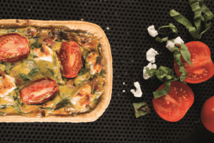 Eine längliche Quiche von Smilde mit Tomaten, Spinat, Käse und Fleisch