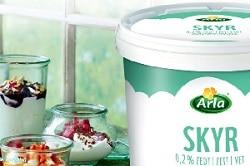Arla Skyr Milchprodukt im Eimer für die Gastronomie mit drei Gläsern, Inhalt und Deko