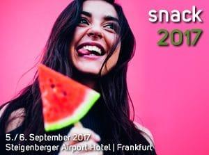 Snack 2017 Kongress für Trends im Foodservice, eine Frau mit dunklen Haaren beißt in eine Wassermelone.