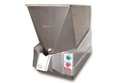Der Pommesschneider von Dito Sama schneidet Kartoffeln oder Gemüse in Hochgeschwindigkeit zu den typisch aussehenden Kartoffelstäbchen. Das Küchengerät ist silber.