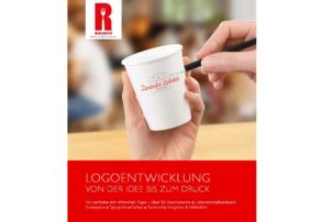 Auf dem Foto ist das E-Book Cover von Rausch Packaging abgebildet zum Thema, wie man als Gastronom sein eigenes Verpackungslogo gestalten kann. Man erkennt zu 2/3 des Bildes ein Foto von einer hand, die etwas auf einen weißen Pappbecher schreibt. Oben links ist das Rausch Logo platziert. der restliche 1/3 ist nur weißer Text auf rotem Hintergrund.
