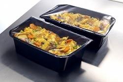 Es sind zwei 1,5 Kilogramm Behälter abgebildet. Der Behälter ist schwarz und mit einem asiatischen High-Convenience-Gericht gefüllt. Die Oberseite ist von einer klaren Folie luftdicht verschlossen. Dieses leichte Handling macht das Arbeiten in der Gastronomie einfacher und umgeht Personalmangel.
