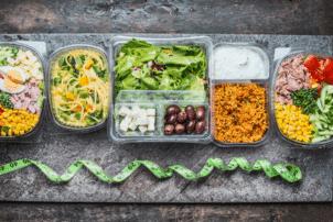 Auf dem Foto sind mehrere Plastikschalen abgebildet, die mit Gemüse gefüllt sind. Der Inhalt ist vegetarisch und vegan.