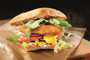 Ein veganes Schnitzel ist mit Salat, geschmolzenem Käse und Tomaten auf einem Ciabatta-Brötchen zu sehen. Das vegane Schnitzel von Quorn vom Hersteller BestCon lässt sich vielseitig einsetzen.