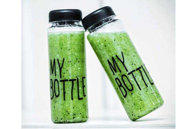 """Zwei grüne Smoothies in Plastikflaschen mit der Aufschrift """"MY BOTTLE"""""""