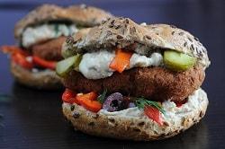 Brötchen Burge Sandwich vegetarsich, mit veganem Burger Pattie, oliven und creamcheese