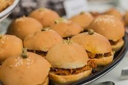 Mehrere Burger in der Nahaufnahme. Alle zusammengeklapt mit pulled Pork belegt