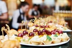 Hübsch dekorierte Snacks im Hotel, angerichtet auf einem weißen Teller, in Nahaufnahme.