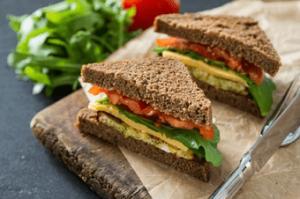 Zwei vegetarische Sandwiches belegt mit Tomaten, Salat und vegetarischem Käse