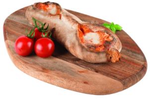 """Eine Pizza-Innovation vom Hersteller Point of Food ist auf einem Holzbrett mit drei Tomaten am Rand, zu sehen. Tropfen und Kleckern ist mit den kleinen """"Schiffchen"""" so gut wie unmöglich! Ein eingefalteter Rand verhindert das Herunterlaufen des Belags."""