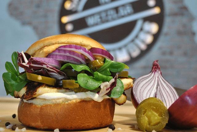 Vegetarischer Burger mit Haloumi Käse, Zwiebel, Feldsalat und Jalapenos.