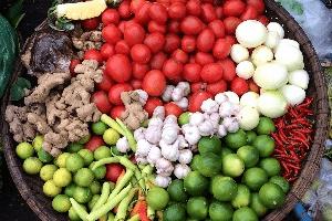 In einer braunen Holzschale sind verschiedene Gemüsesorten aus Vietnam zu sehen.
