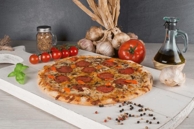 Pizza Mamma von Point of Food belegt mit Käse, Salami und Tomaten
