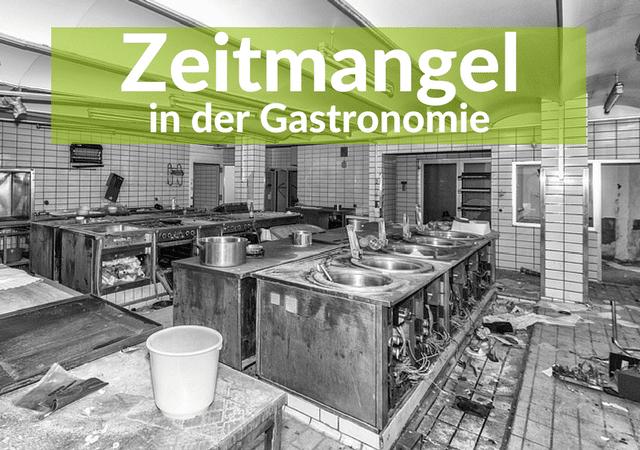 Ein schwarz-weiß Bild einer Großküche, völlig verwüstet mit Putzeinem im Vordergrund. In einer leicht audgeblassten Grünen Banderole im oberen Teil des Bildes steht in weißen dicken Buchstaben: Zeitmangel in der Gastronomie.
