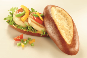 Das Baguettebrötchen Summertime von Ditsch belegt mit Tomate, Paprika, Salat und Grillkäse: Das Brötchen besteht aus Brezeln