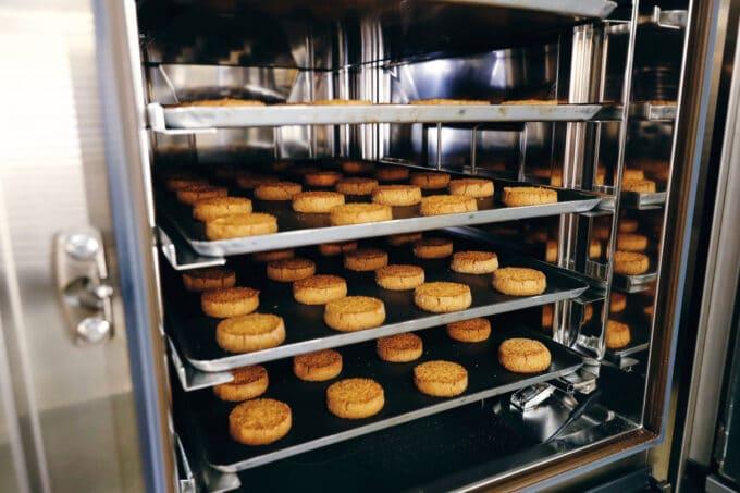 Süße Backwaren im Gastrogerät
