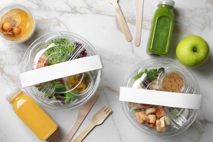 To Go Verpackungen mit Salat, Obst, Smoothy