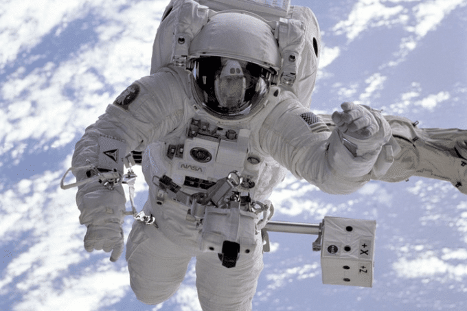 """Auf dem Foto ist ein Astronaut im Weltall zu erkennen, der das Thema """"Brotbacken im Weltall"""" auf dem Backkongress 2017 symbolisieren soll"""