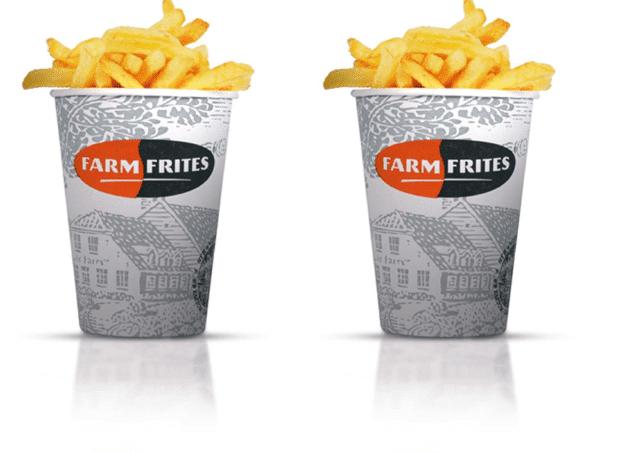 Auf dem Foto sind zwei Portionen der Farm Frites Pommes abgebildet. Die Pommes werden innerhalb von zwei bis vier Minuten fertiggestellt. Der Becher, in dem die goldbraunen Pommes enthalten sind, ist weiß-grau und hat das rot-schwarze Farm Frites Logo aufgedruckt.