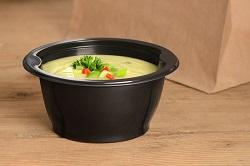 Rausch Verpackung. Suppe im to go behälter welcher versiegelbar ist. Um Suppen vorzubereiten, einzufreiren und besser verkaufen zu können. Gefüllt mit einer grünen Cremesuppe und Gemüsedekor als Beispiel.