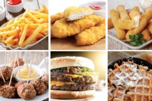 Auf dem Foto sind verschiedene Snacks drauf, die lle mit der mom's FryMac fettlosen Fritteuse frittiert wurden bzw. frittiert werden können. Von oben links: Pommes mit Ketschup und Mayonnaise, Chicken Nuggets, Mozzarella Sticks. Unten von links: Fleischbällchen, Burger Pattys und Waffeln.