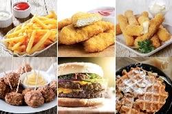 noms FryMac. Auf dem Bild sind sechs verschiedene Fast Food Lebensmittel abgebildet. Sie sind in 2 Reihen zu jeweils drei nebeneinander zu sehen. Von links oben nach rechts Unten: Pommes, Chicken Nuggets, Mozzarella Sticks, Hackbällchen, Burger, Waffeln.