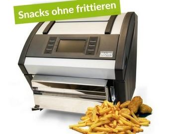 noms FryMac. Die mom´s ist abgebildet vor weißem Hintergrund mit einem Haufen fertiger Pommes rechts vor die FryMac gelegt. Links oben ist ein weißer Schriftzug auf grünem Hintergrund zu sehen, wo drauf steht: Snacks ohne Frittieren.