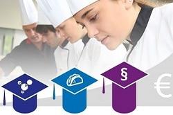 Auf dem Foto sind vier Köche abgebildet. Die Frau ganz vorne ist jedoch die Einzige, die im Fokus ist. Drei von den vier Köchen tragen weiße Schürzen und weiße Kochmützen. Der hinterste Koch trägt ebenfalls eine weiße Kochmütze, aber jedoch eine schwarze Schürze. Das lässt darauf schließen, dass er die anderen drei Köche unterreichtet oder ihnen Seminare gibt. Unterhalb des Bildes sind drei Studentenhüte in drei verschiedenen Farben. der kleinste ganz links ist blau und ist mit einem Symbol, welches für Technik steht, versehene. Der mittlere Hut ist hellblau und hat einen Taco drauf, welcher für Snacks stehen soll. Der ganz rechte und auch größte Hut von allen ist rot und mit einem Paragraph-Zeichen bedruckt, welches für Recht steht. Jeder dieser drei Hüte symbolisiert die drei Fächer, die in dem Masterclass Seminar von Welbilt durchgenommen werden.